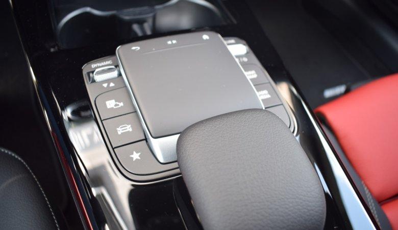 Mercedes-Benz CLA/červeno-černý interiér